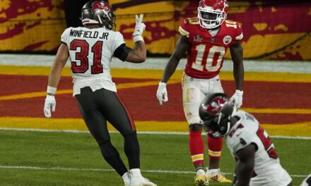 Bucs' Antoine Winfield gets 'peace' sign from fans after Super Bowl gesture